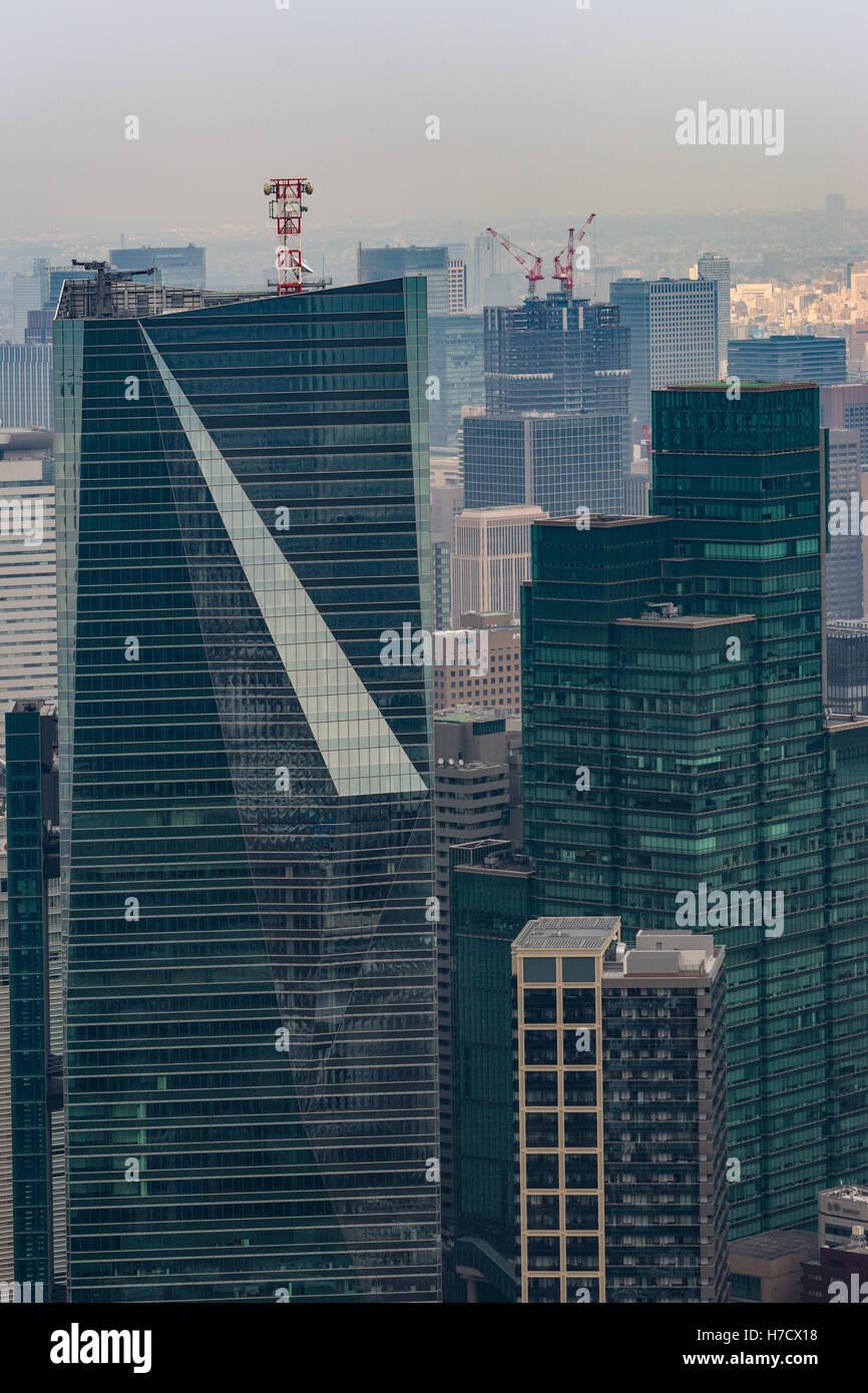Primo piano della Tokyo highrise con forma speciale. Immagini Stock