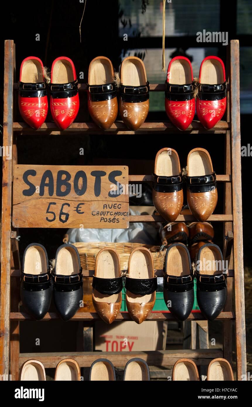 Bretone tradizionale zoccoli (zoccoli) in vendita presso Lanvellec, Cotes d'Armor Immagini Stock