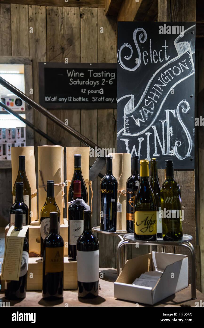 Disegnate a mano gli annunci su una scheda di gesso di vino Washington nella piccola città Twisp, Washington, Immagini Stock