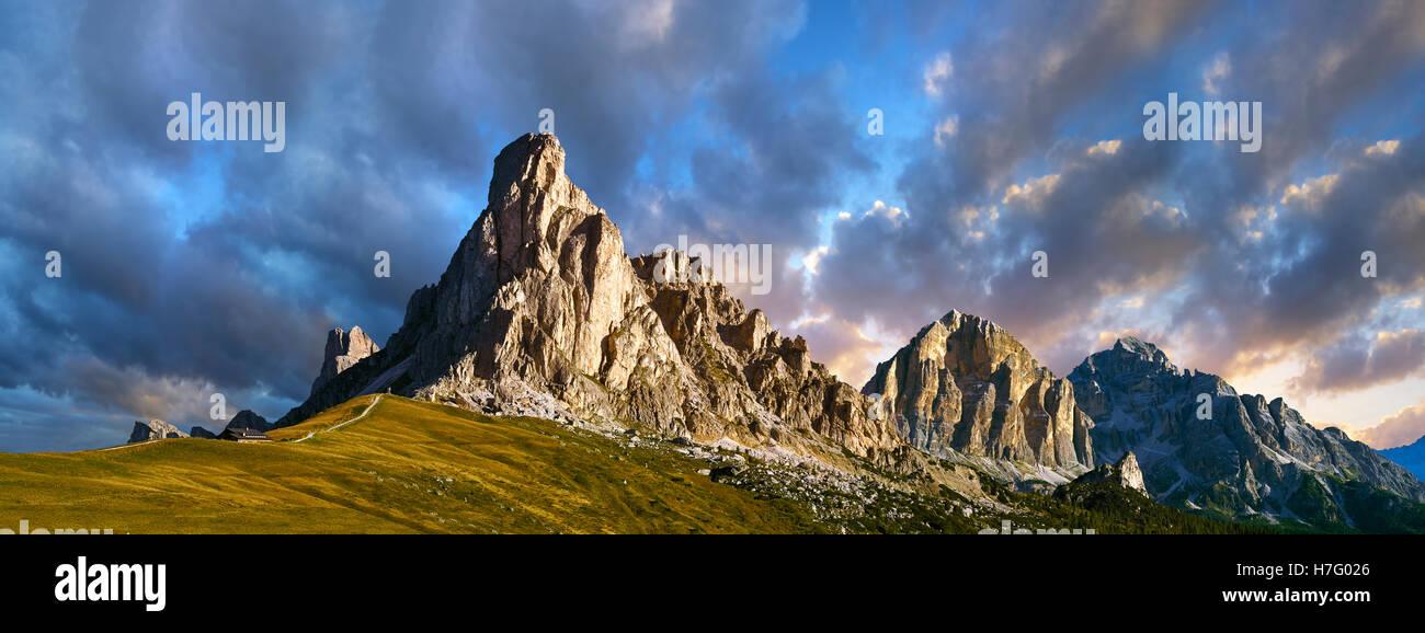 Nuvolau montagna sopra il Passo Giau (Passo di Giau), Colle Santa Lucia, Dolomiti, Belluno, Italia Immagini Stock