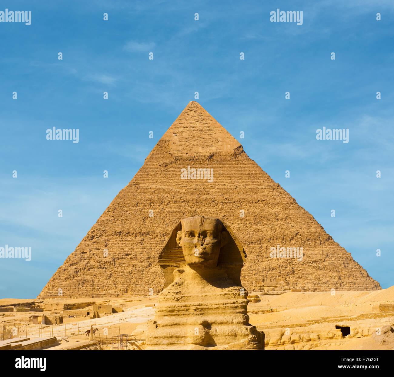 La Grande Sfinge faccia avanti centrato davanti al più grande piramide egizia di Khafre in Giza, Cairo, Egitto Immagini Stock