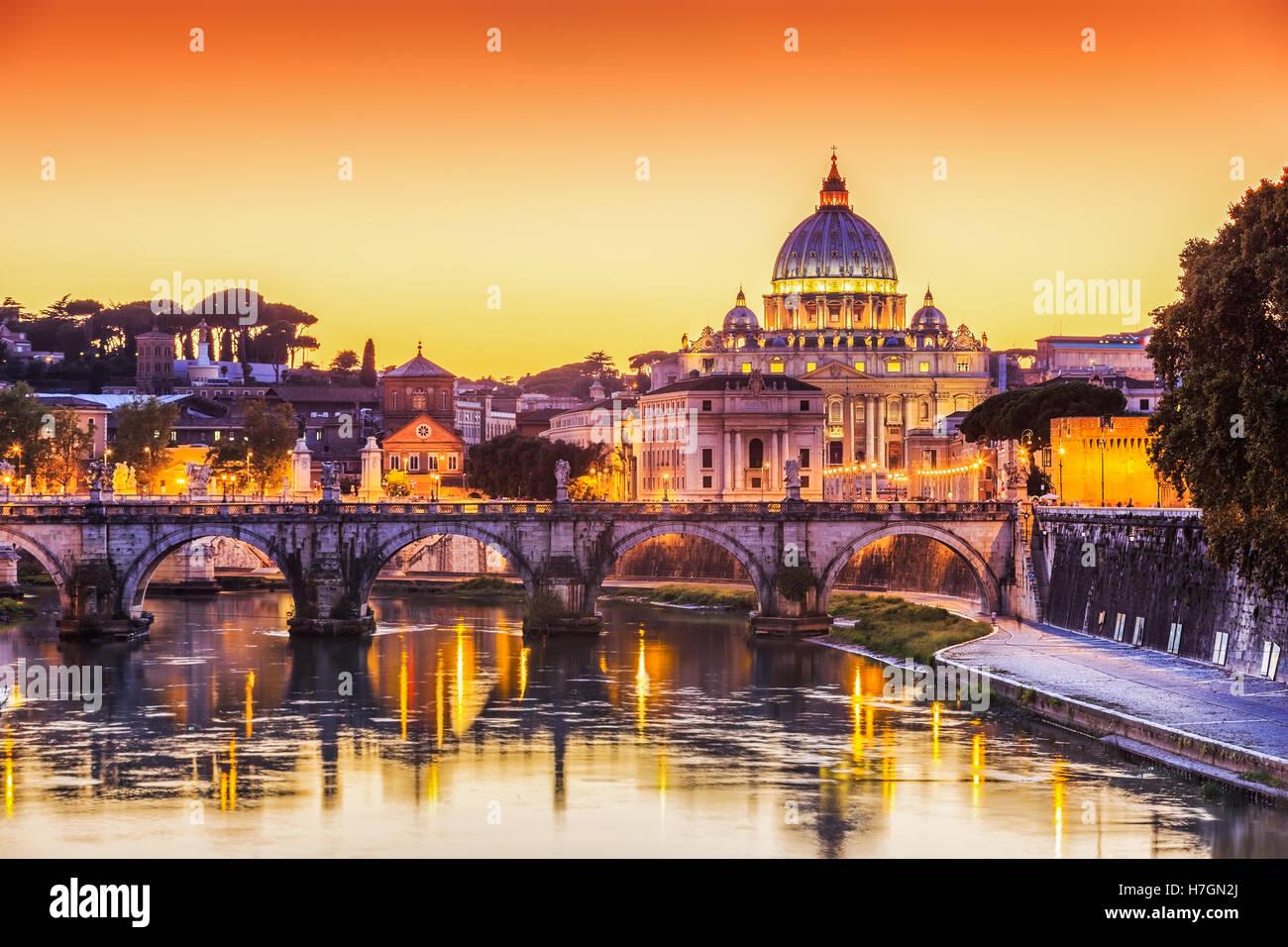 San Pietro Basilica e il Ponte Sant'Angelo al tramonto. Roma, Italia Immagini Stock
