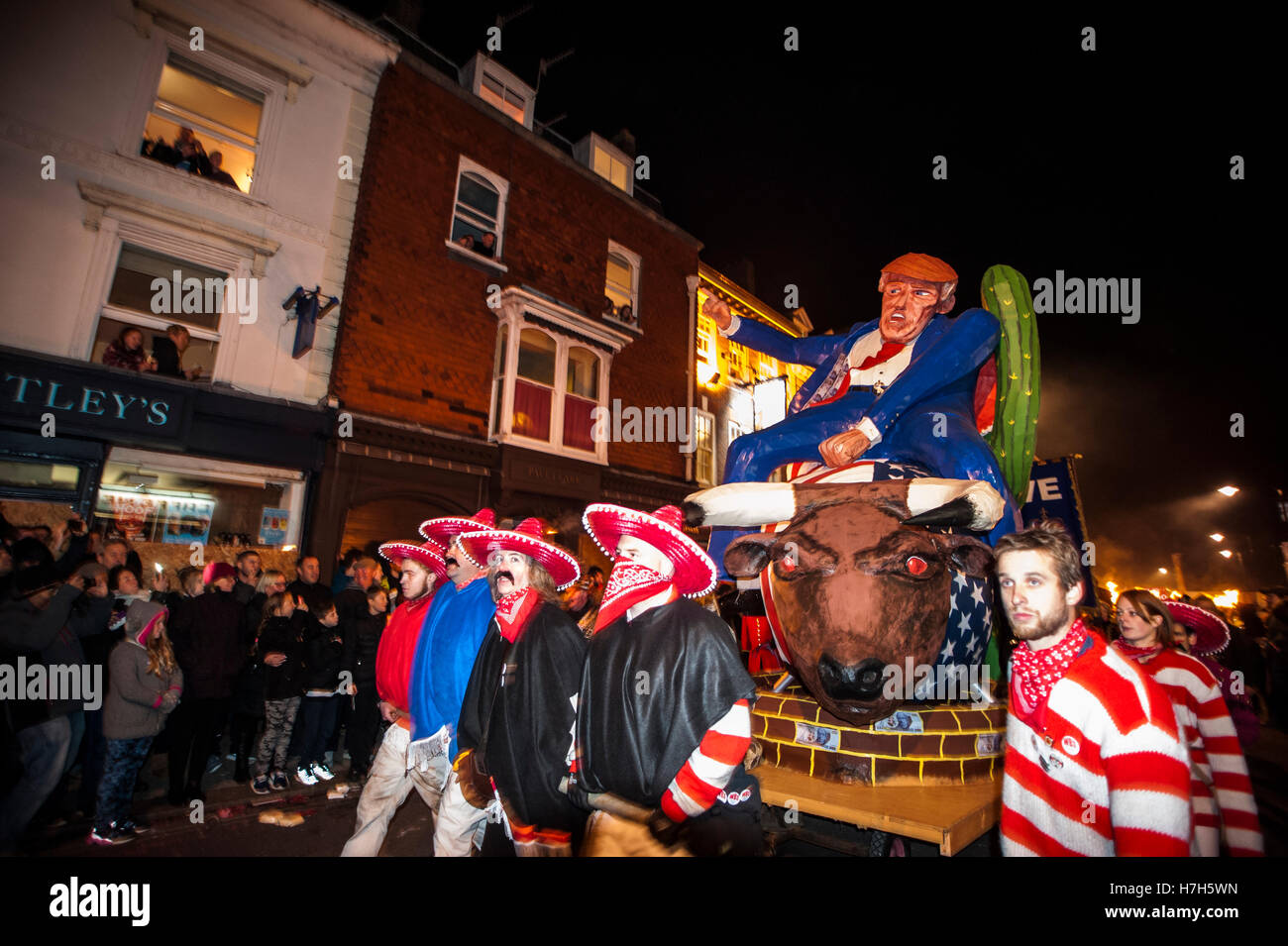 Lewes, Regno Unito. 5 Novembre, 2016. Lewes notte dei falò celebrazioni. L annuale 5 novembre celebrazioni Immagini Stock