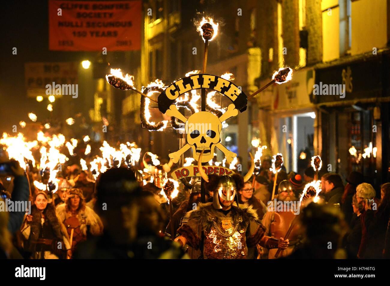 Lewes, East Sussex. 5 novembre 2016. Lewes celebra la sua famosa notte dei falò con una drammatica con fiaccolata Immagini Stock