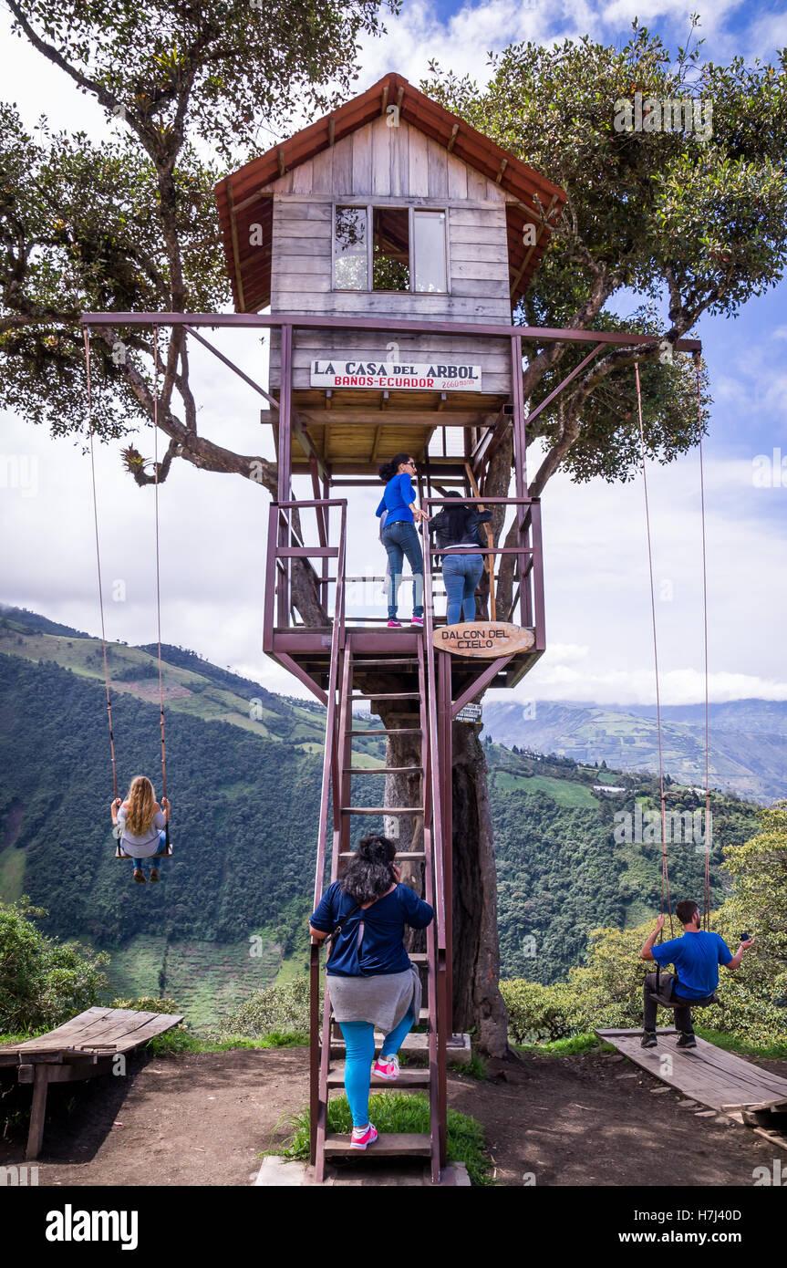 Treehouse altalena gigante nelle Ande Banos Ecuador Foto Stock