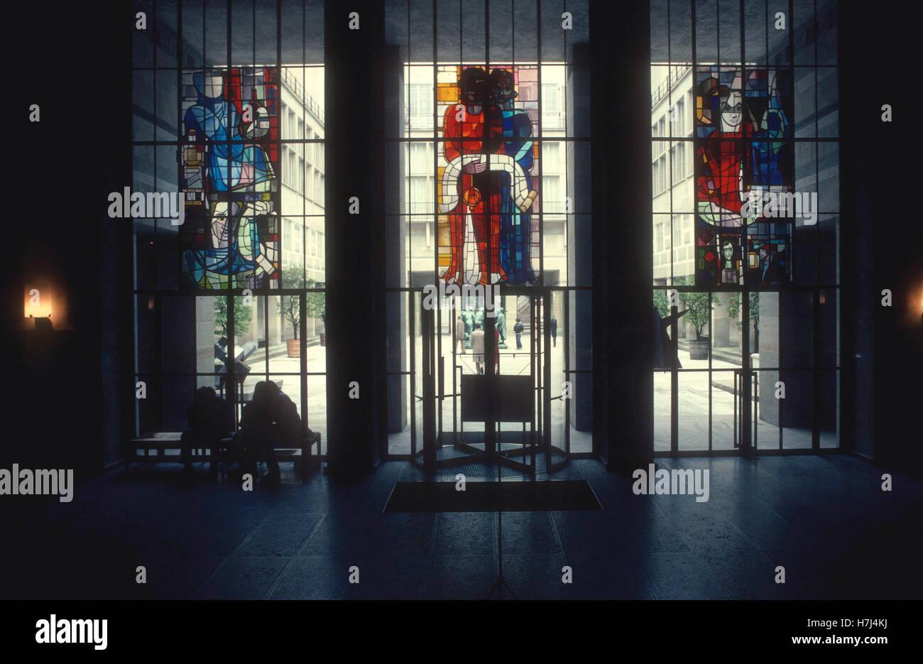 Le finestre di vetro macchiate in ingresso al Museo d'Arte di Basilea Immagini Stock