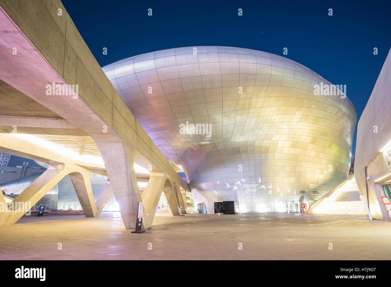 Seoul, Corea del Sud - 7 Dicembre 2015: il design di Dongdaemun Plaza anche chiamato il DDP è un notevole sviluppo Immagini Stock