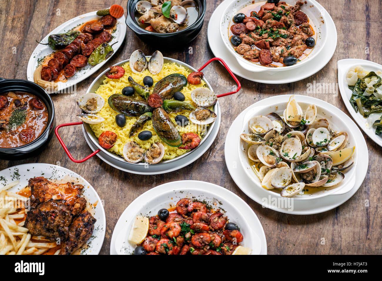 Portoghese misti rustici tradizionali tapas famoso cibo selezione sulla tavola di legno Immagini Stock
