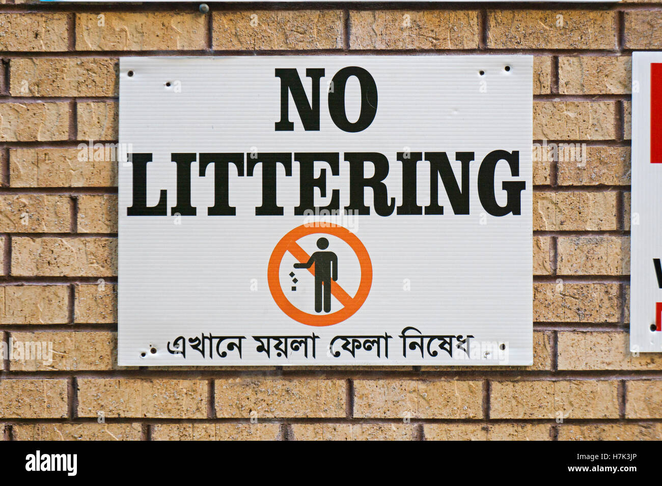 Un bilingue littering non firmare sia in inglese sia in lingua bengalese. In Jackson Heights, Queens, a New York Immagini Stock