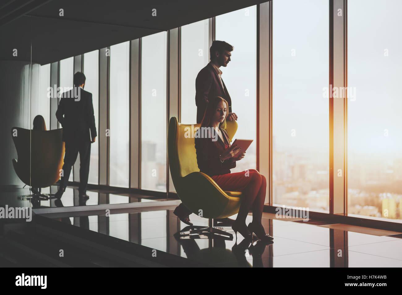 Sorridente giovane uomo di successo di imprenditore nel business formale suite premurosamente in piedi vicino alla Immagini Stock