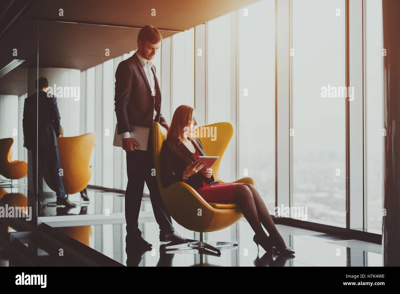 Grave giovane uomo di successo di imprenditore nel business formale suite con la barba in piedi vicino al suo collega Immagini Stock