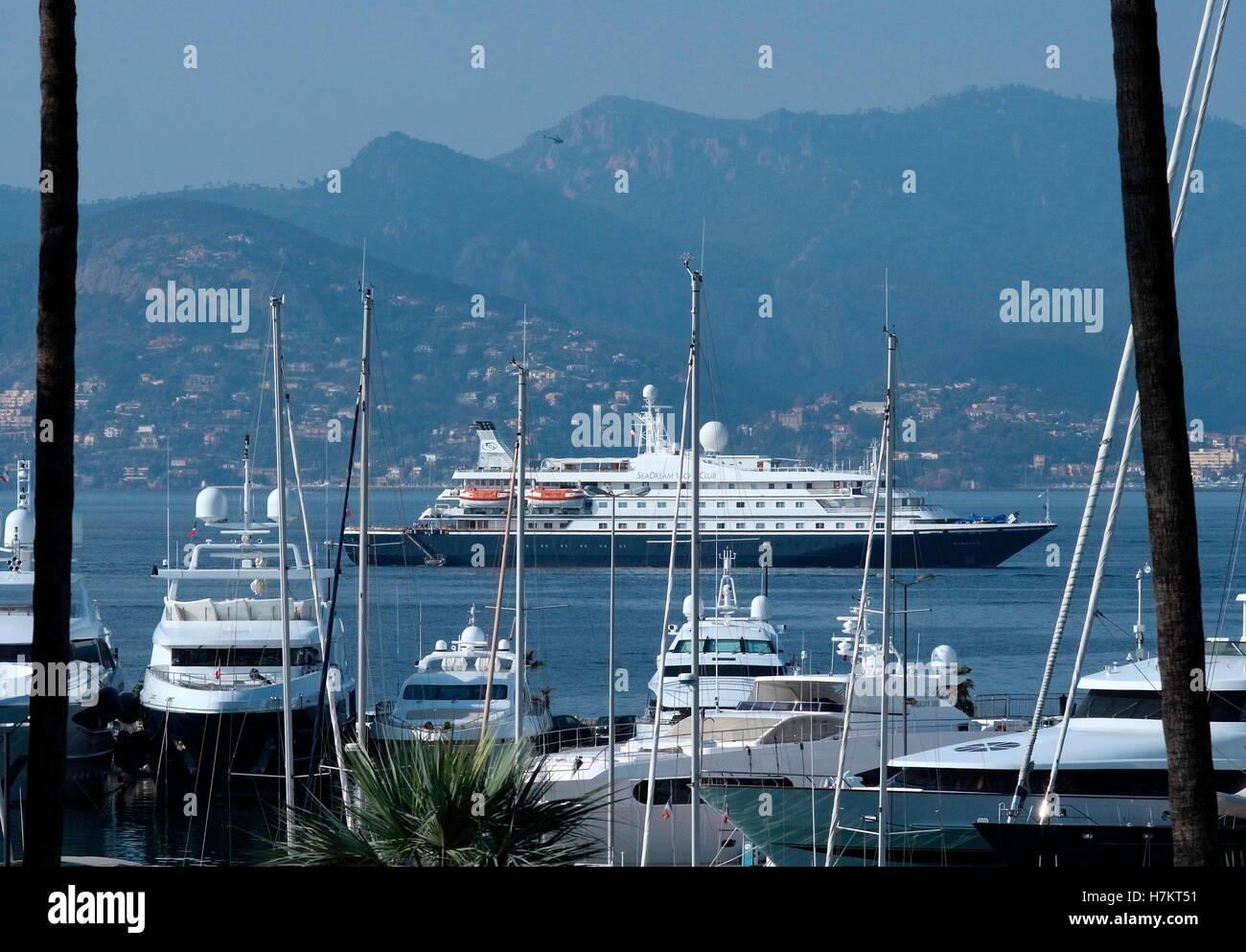AJAXNETPHOTO. 2016. CANNES, Francia. - COTE D'Azur Resort - guardando ad ovest di fronte alla baia di Cannes Immagini Stock