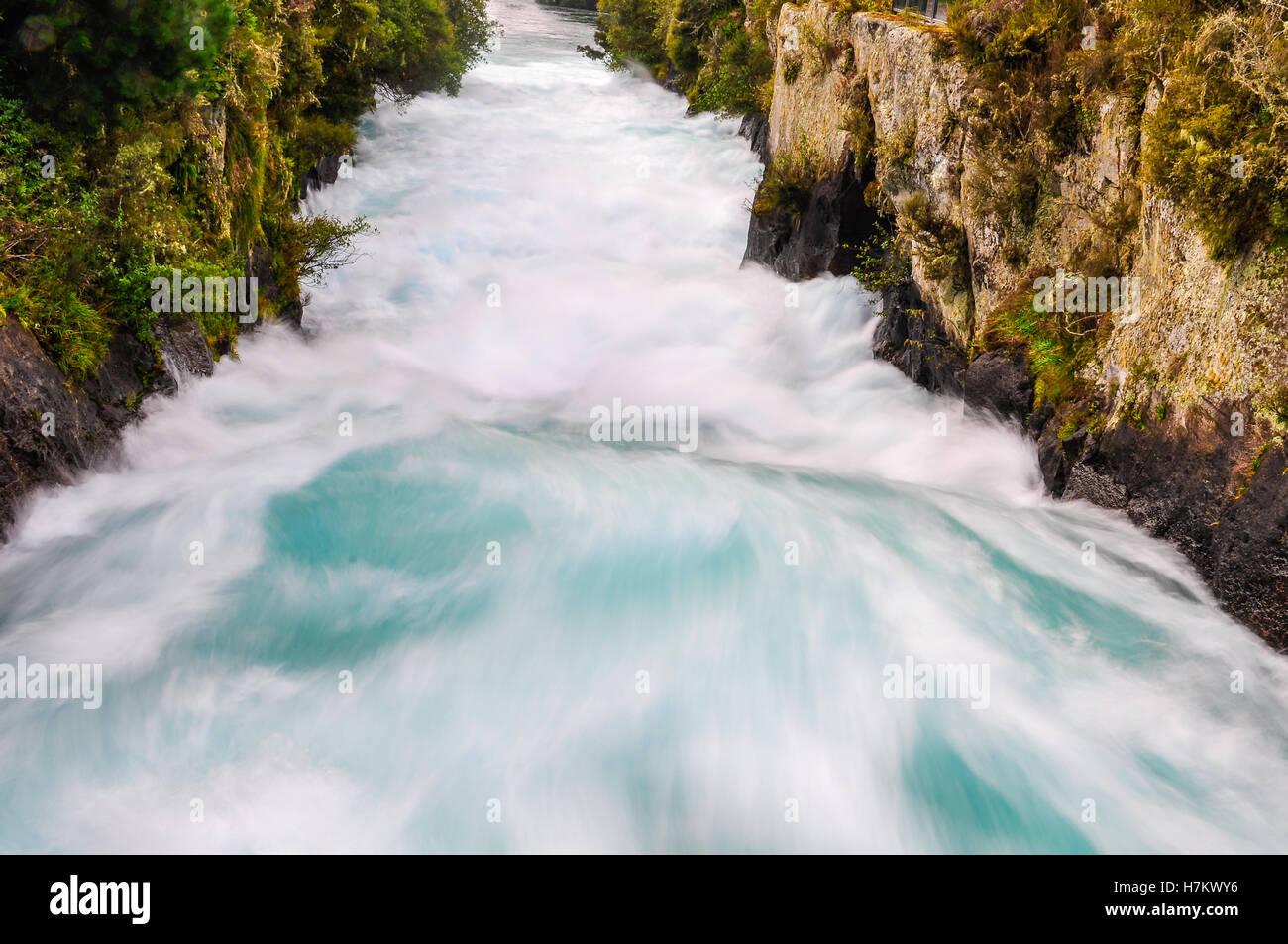 Il fragore wild flusso di cascate Huka vicino al Lago Taupo, Nuova Zelanda Immagini Stock