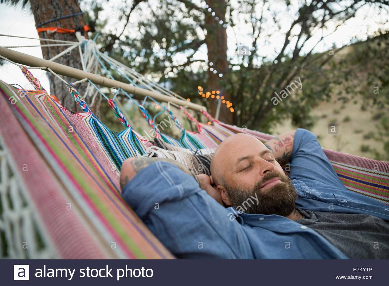 Uomo sereno e rilassante in amaca Immagini Stock