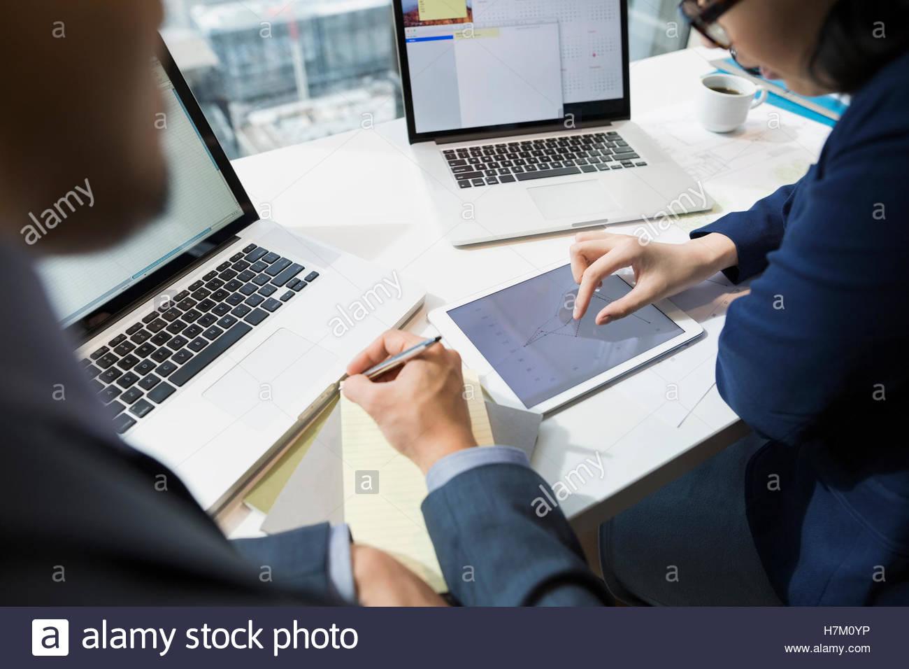 La gente di affari lo zoom in avanti sul grafico sulla tavoletta digitale Immagini Stock