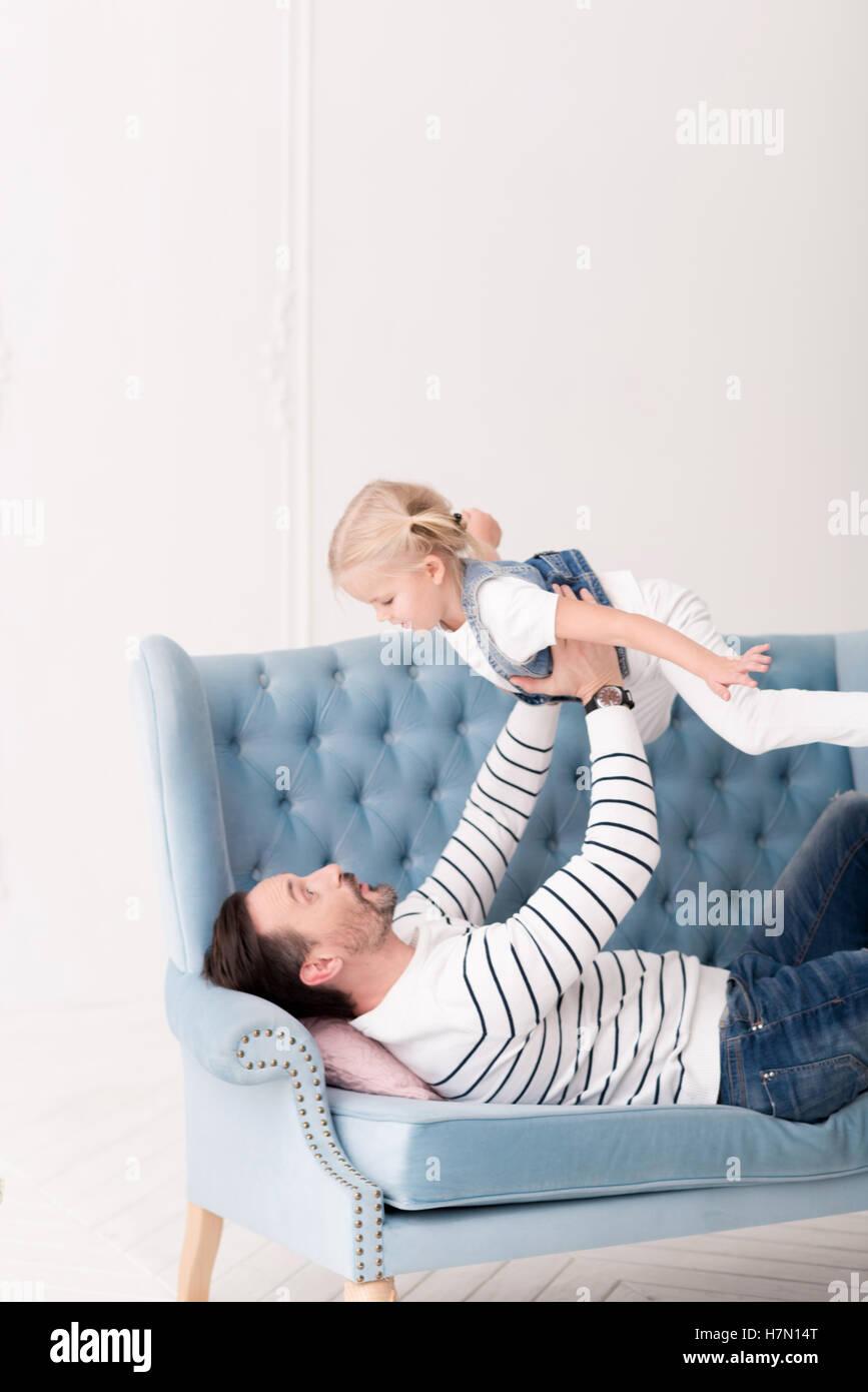 Carino bambina essendo sollevata da suo padre Immagini Stock