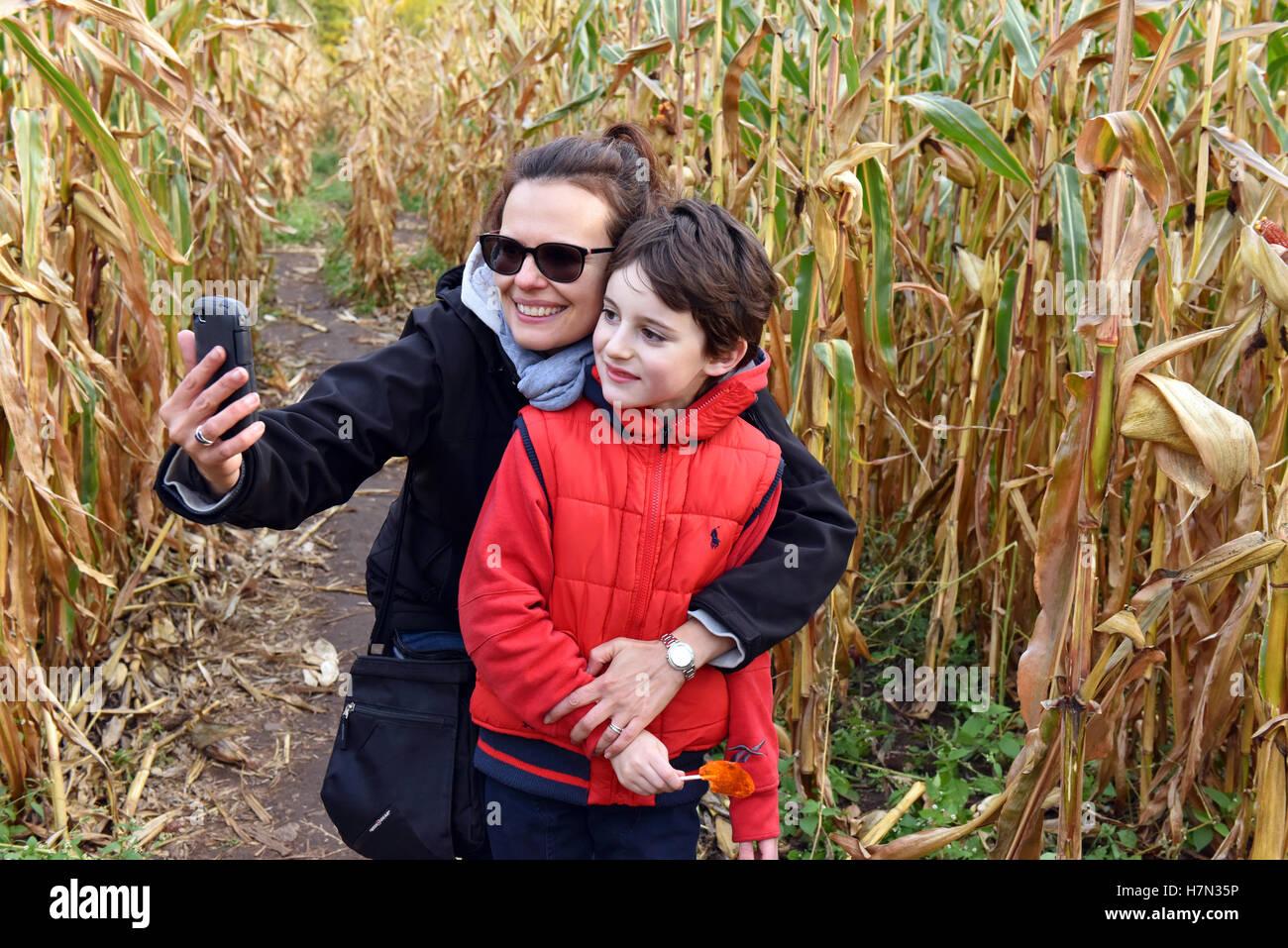 La madre e il bambino tenendo sellfie con telefono mobile Immagini Stock