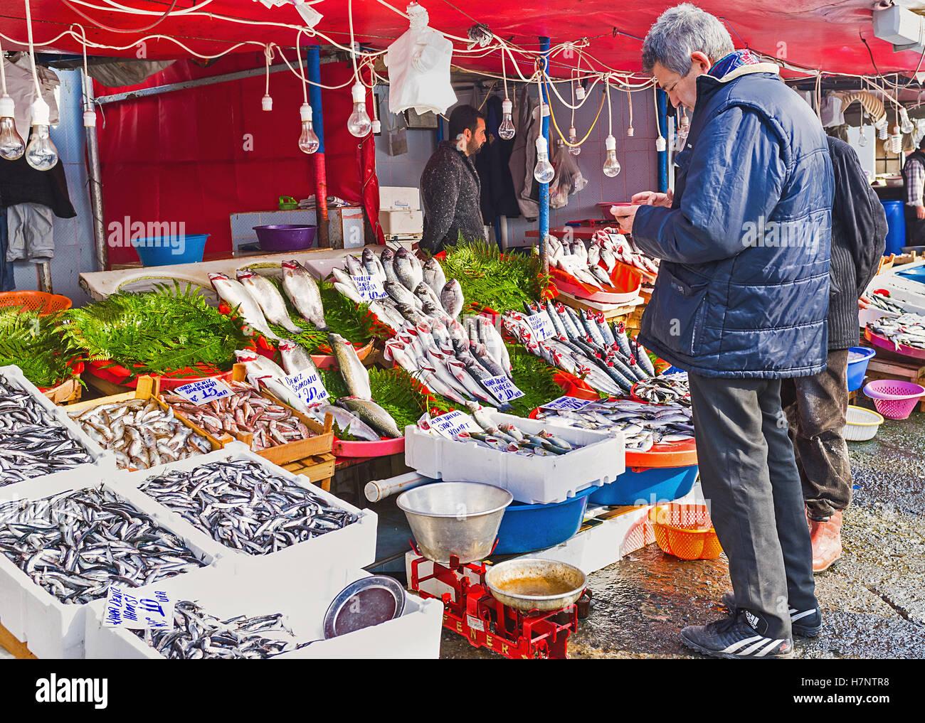 01d53dcf7c1b Il centro di mercato del pesce accanto al Ponte di Galata offre una vasta  gamma di