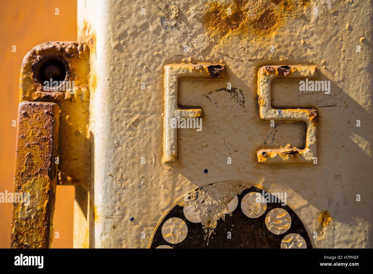 Telefono di emergenza stazione ferroviaria di Vernazza, Riviera de Levanto, villaggio di pescatori e le Cinque Terre. Immagini Stock
