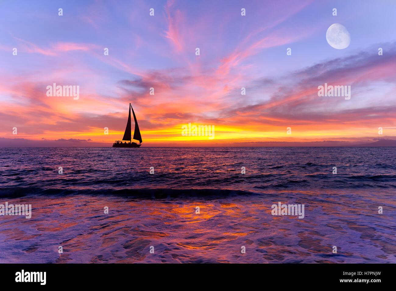 Barca a vela al tramonto sull'oceano è una silhouette di una vela sailboay lungo l'acqua oceanica con Immagini Stock