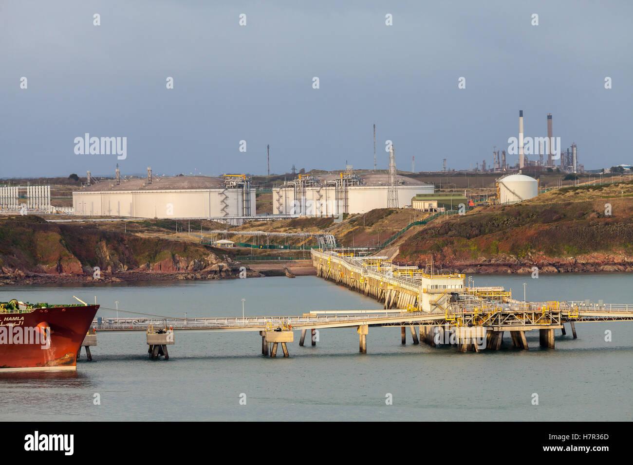Milford Haven, Pembrokeshire, olio e terminali di GNL Foto Stock
