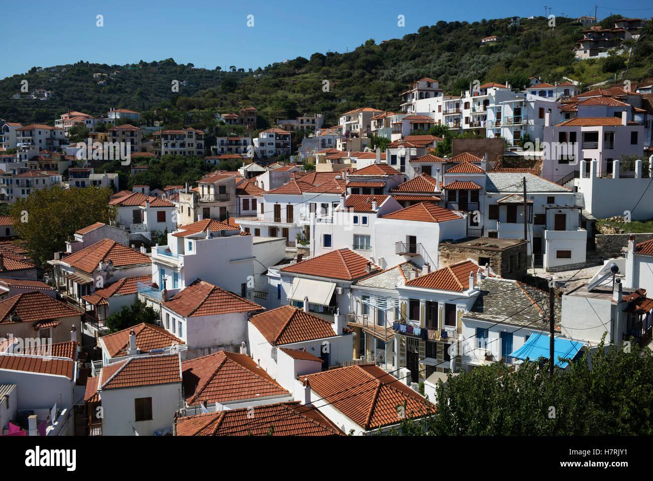 Case bianco marrone con tetti di piastrelle in un villaggio su un