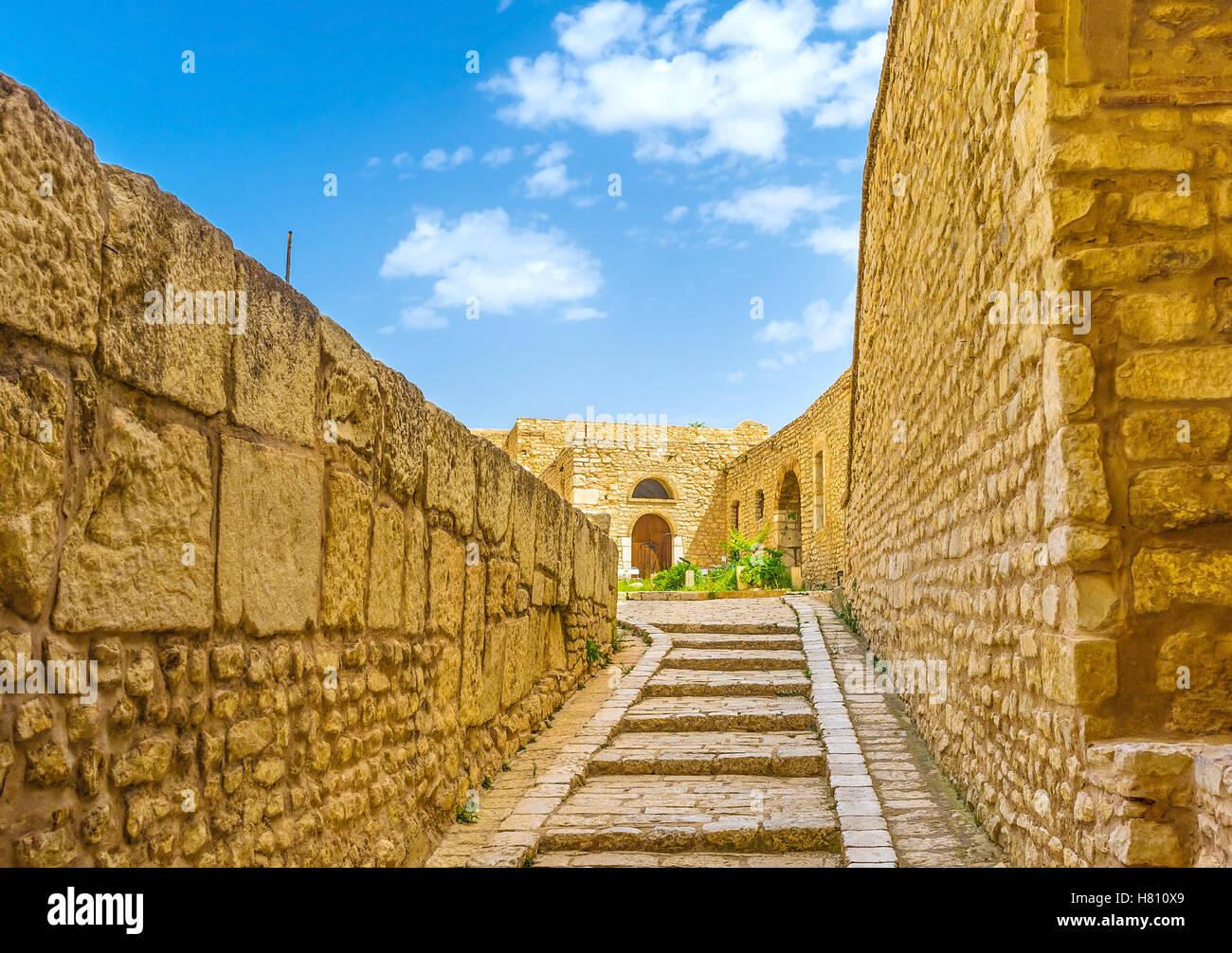 Il sentiero stretto tra grandi e piccole fortificazioni della Kasbah, El Kef, Tunisia. Immagini Stock