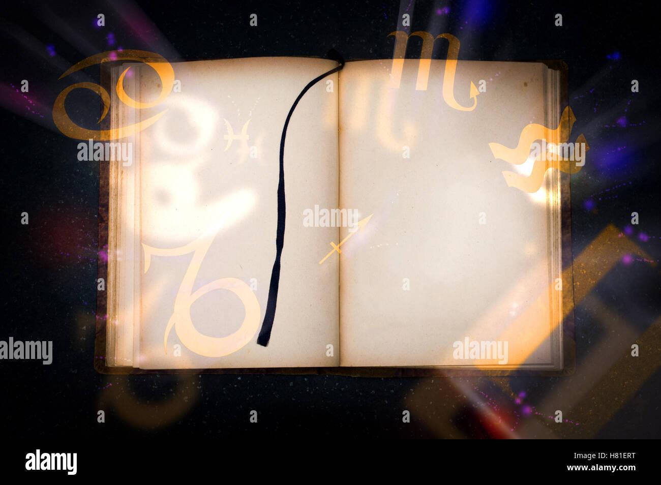 Vecchio libro magico con incandescente simboli dello zodiaco. Pagina vuota per il testo Immagini Stock