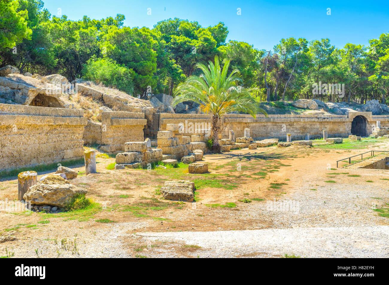 Le pareti e le pietre sono le uniche parti conservate dell'antico anfiteatro di Cartagine, Tunisia. Immagini Stock