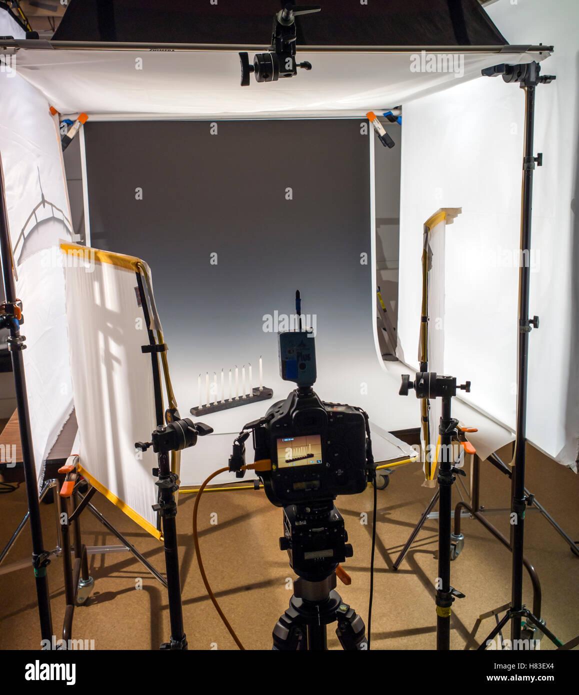 Illuminazione e attrezzatura fotografica in una fotografia commerciale studio. Immagini Stock