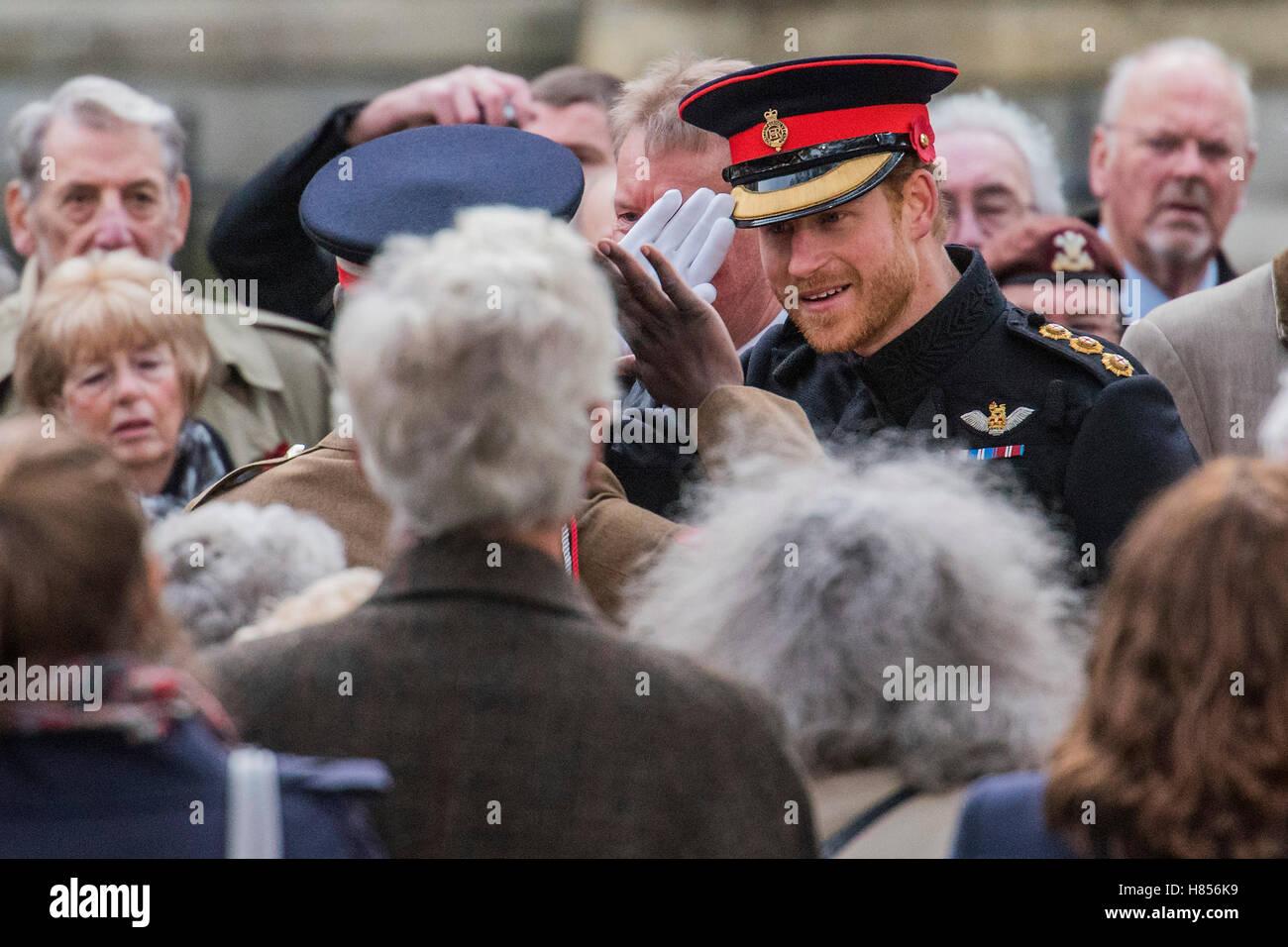 Londra, Regno Unito. Decimo Nov, 2016. Il principe Harry è salutato con un saluto da un soldato egli sembra Immagini Stock