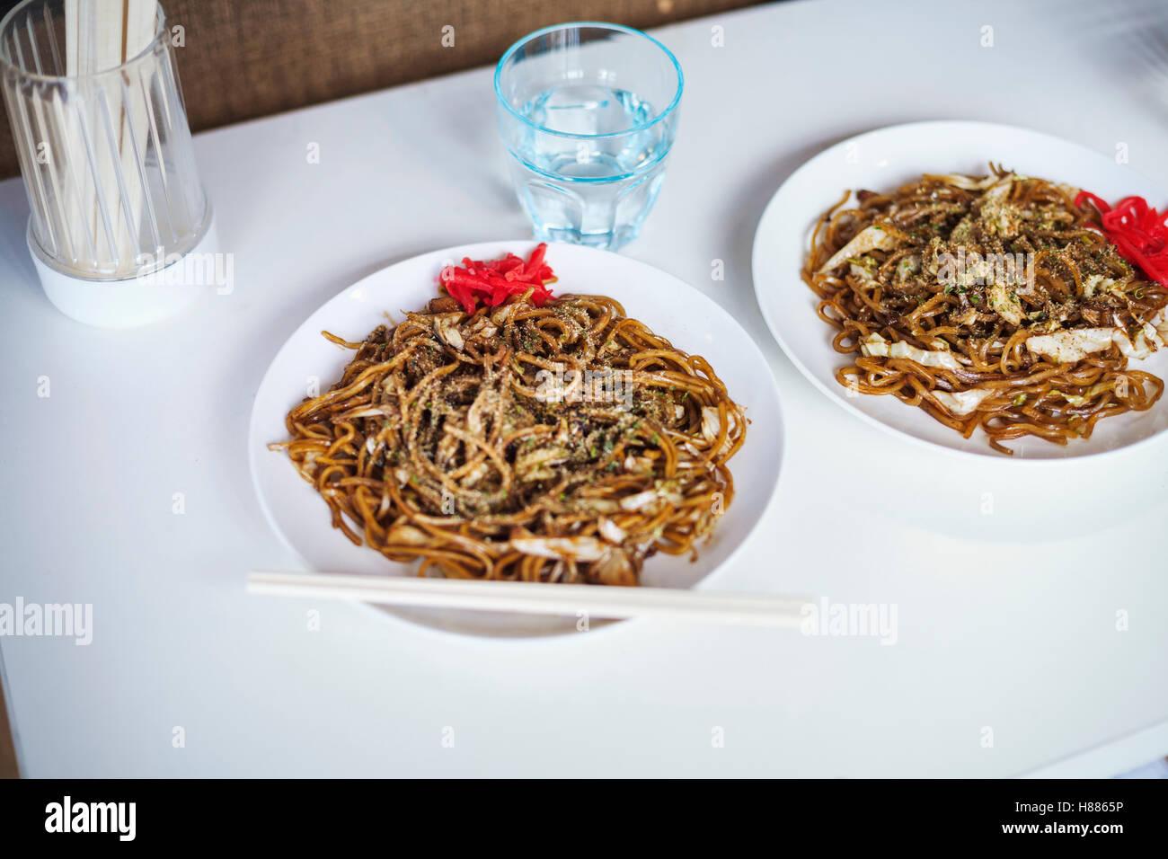 In prossimità di due piastre di Soba Noodles, fast food. Immagini Stock