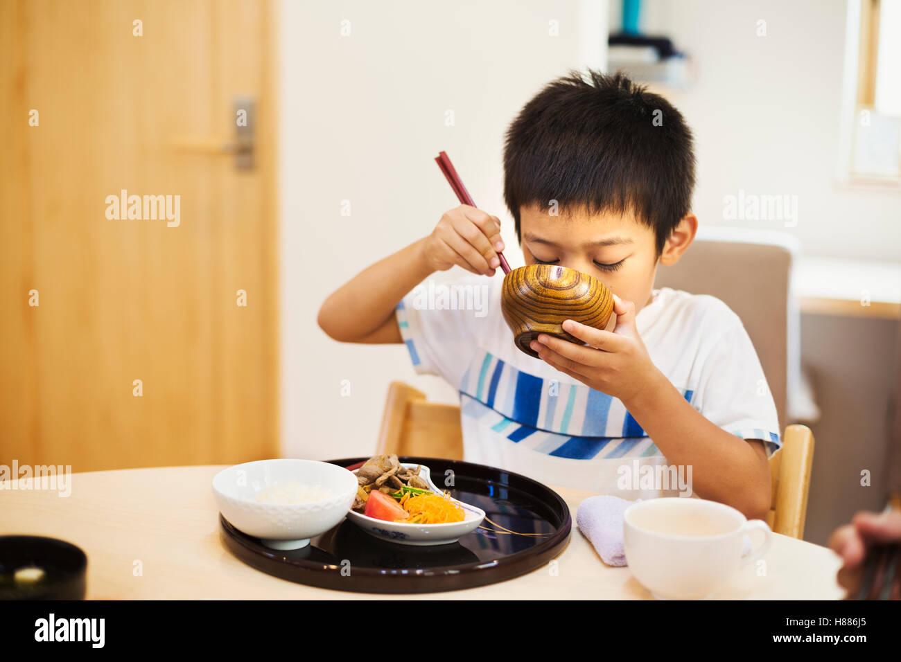 Casa di famiglia. Un ragazzo di mangiare un pasto. Immagini Stock
