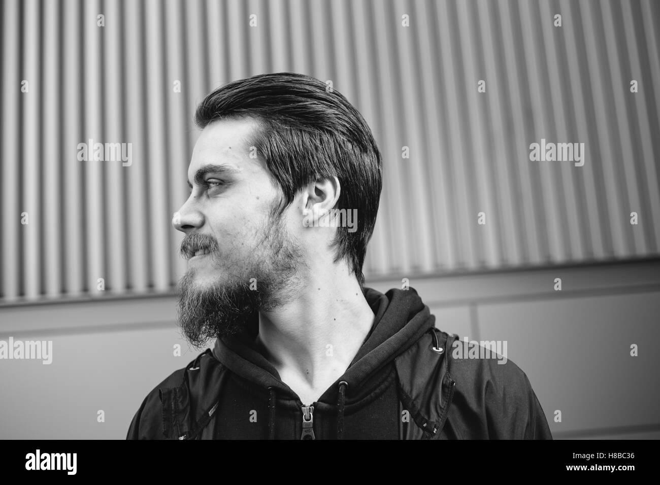 Trendy hipster ritratto di un uomo con la barba e alcuni capelli alla moda. Immagini Stock