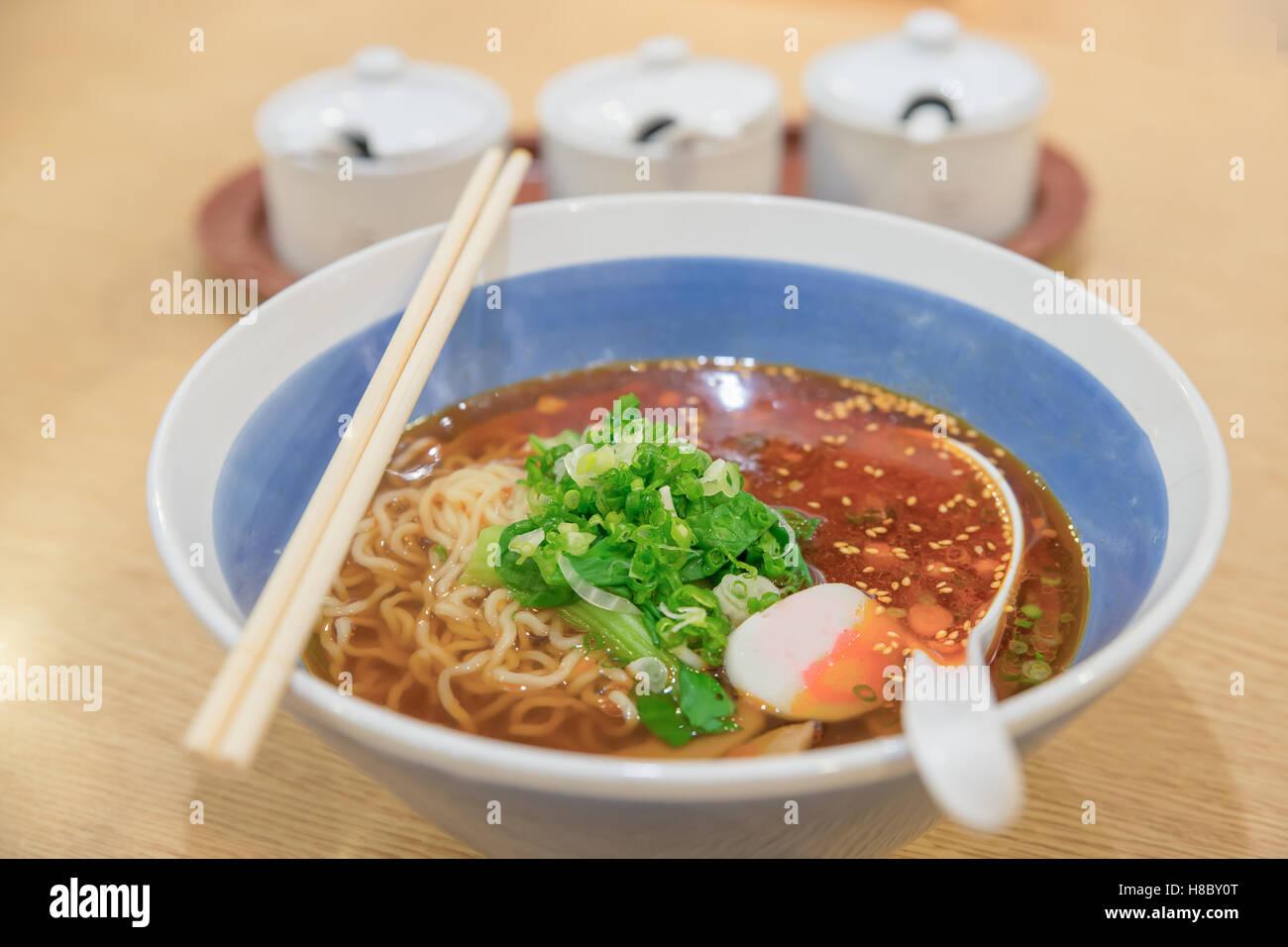 Spicy asian ramen noodle soup nella ciotola. Immagini Stock