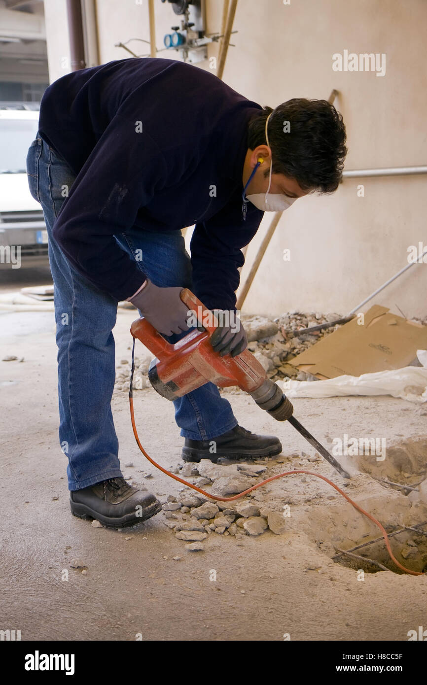 Muratore al lavoro in un cantiere edile Immagini Stock