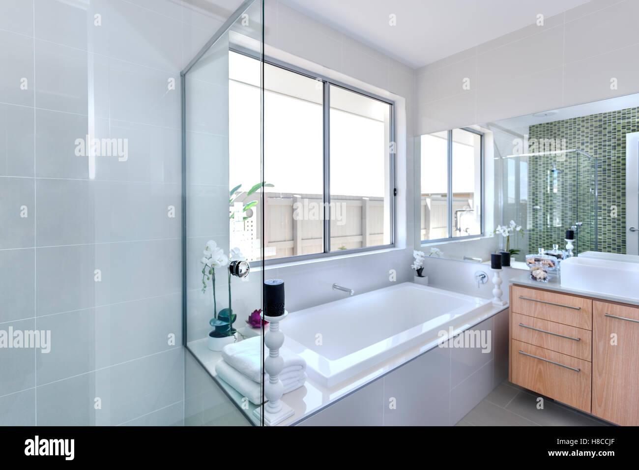 Vasca Da Bagno Nera : Bianco e vasca da bagno in camera con asciugamani pronti a servire