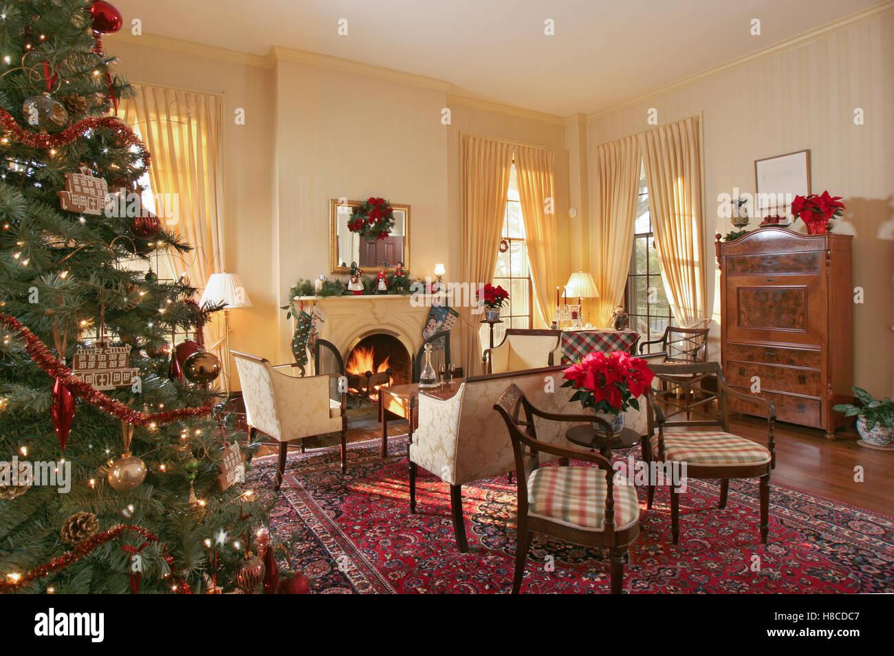 Sedie Decorate Per Natale : Sedie imbottite davanti al camino con acceso il fuoco in salotto