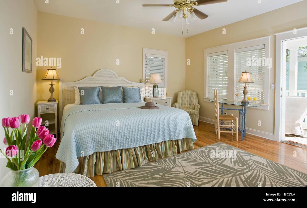 Letto Matrimoniale Giallo : Letto matrimoniale con coperchio blu in camera da letto giallo foto