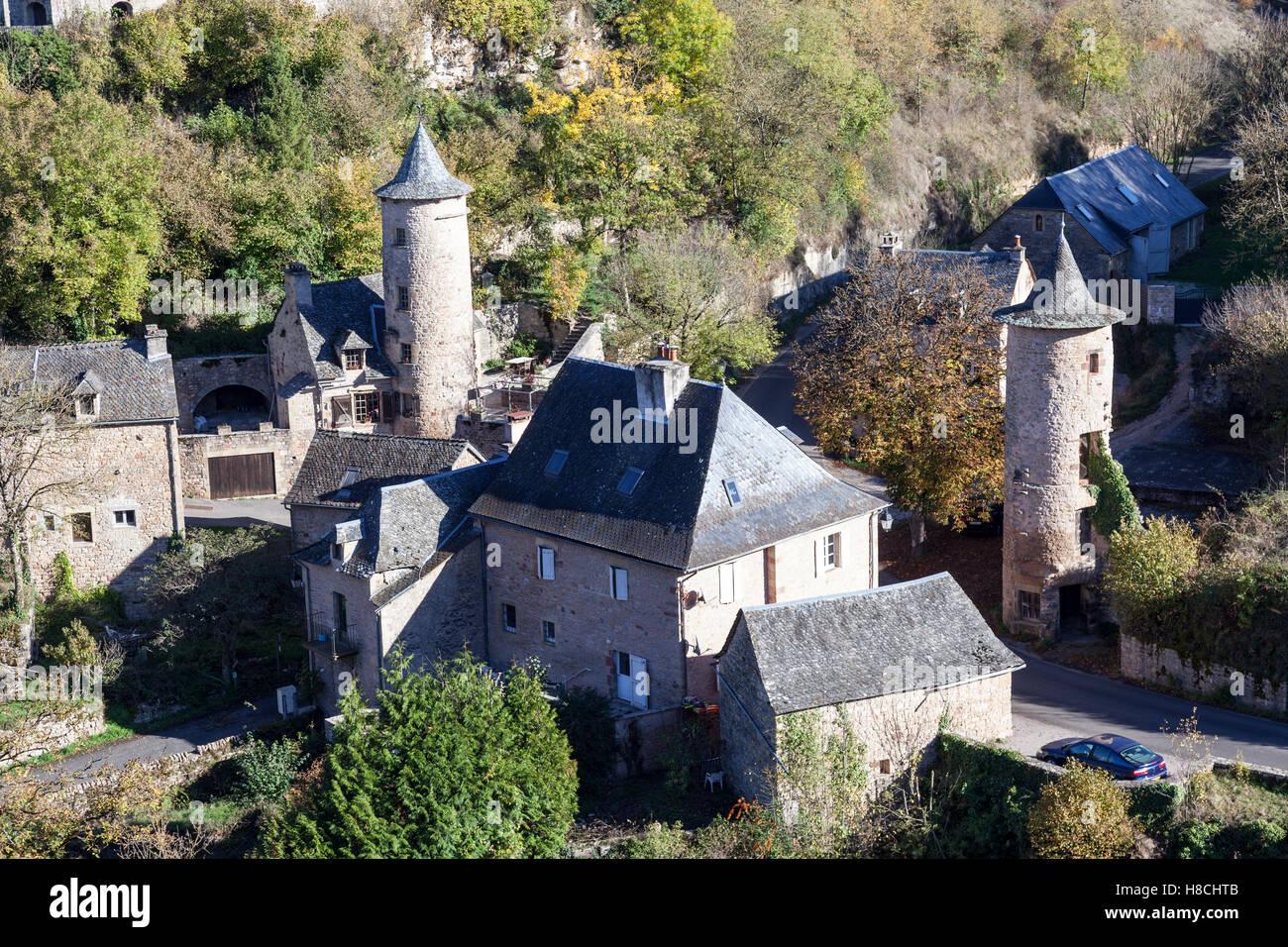 Il Bozouls foro (a forma di ferro di cavallo gorge) e l'omonimo borgo inferiore con le sue due torri di avvistamento Immagini Stock