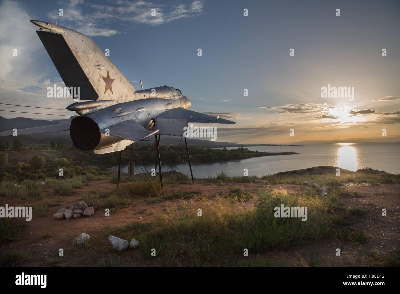 Kirghizistan - Trofeo del vecchio relitto aereo vicino Tamga Village e il lago Issyk Kul - Persone di viaggio in Immagini Stock
