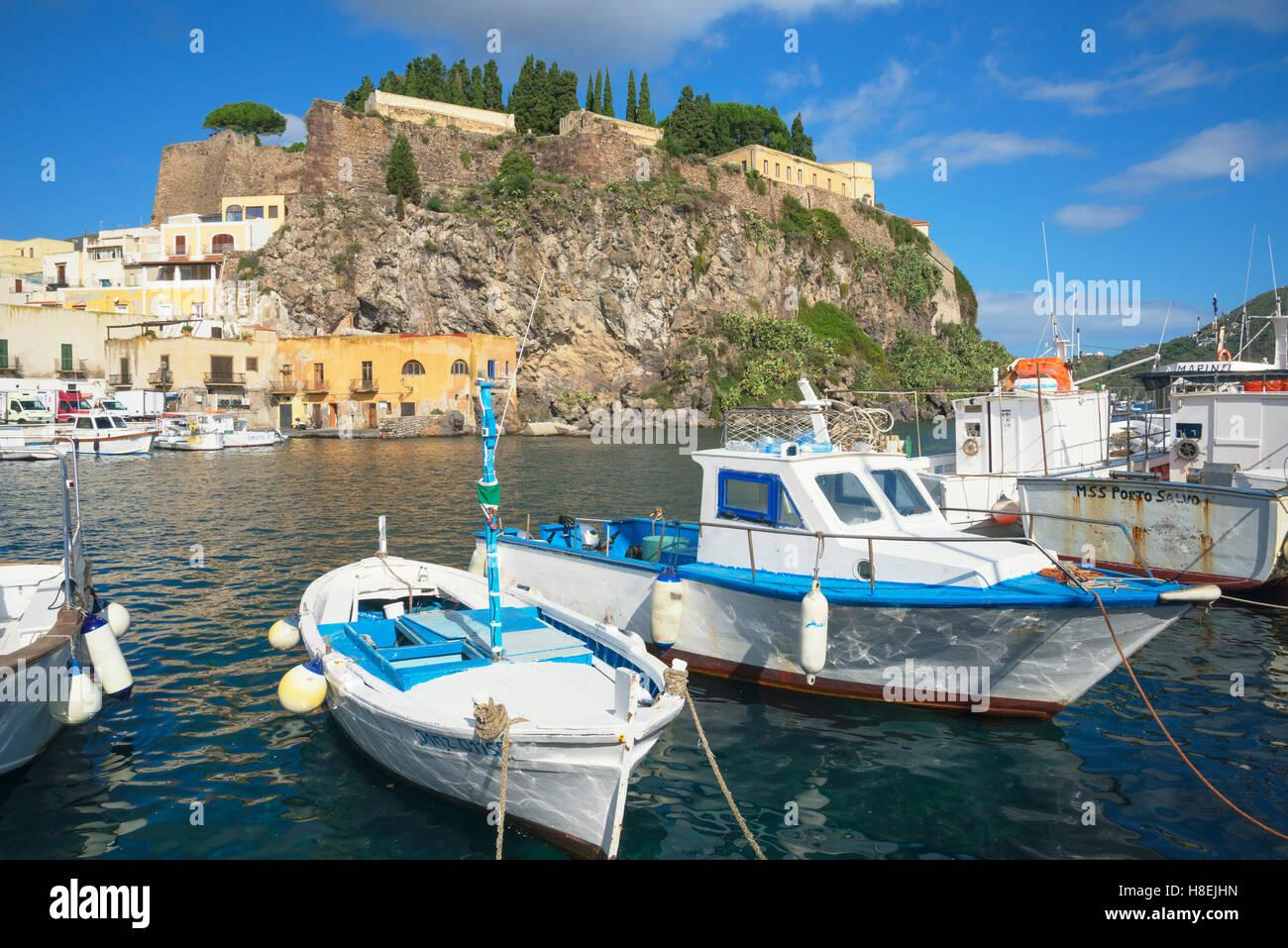 Marina Corta Harbour, Isola di Lipari, Isole Eolie, Sito Patrimonio Mondiale dell'UNESCO, Sicilia, Italia, Mediterraneo, Immagini Stock