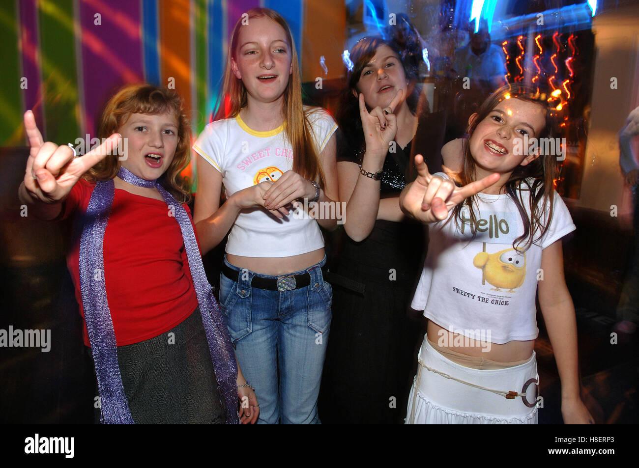 Le ragazze adolescenti Ballare in discoteca per i giovani.Un REGNO UNITO Immagini Stock