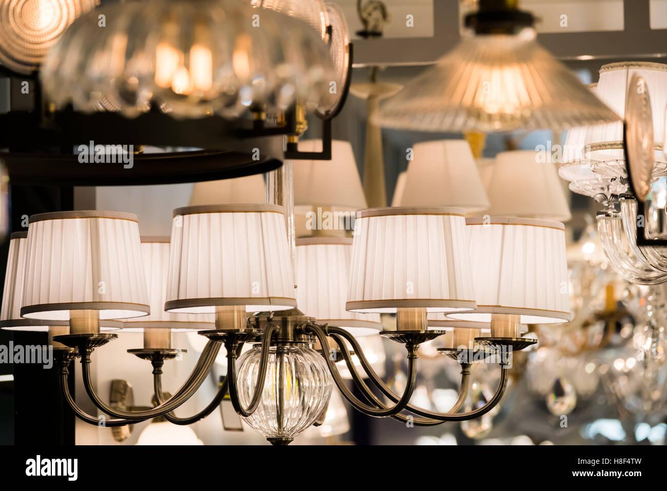 Diversi lampadari in un negozio di illuminazione foto & immagine