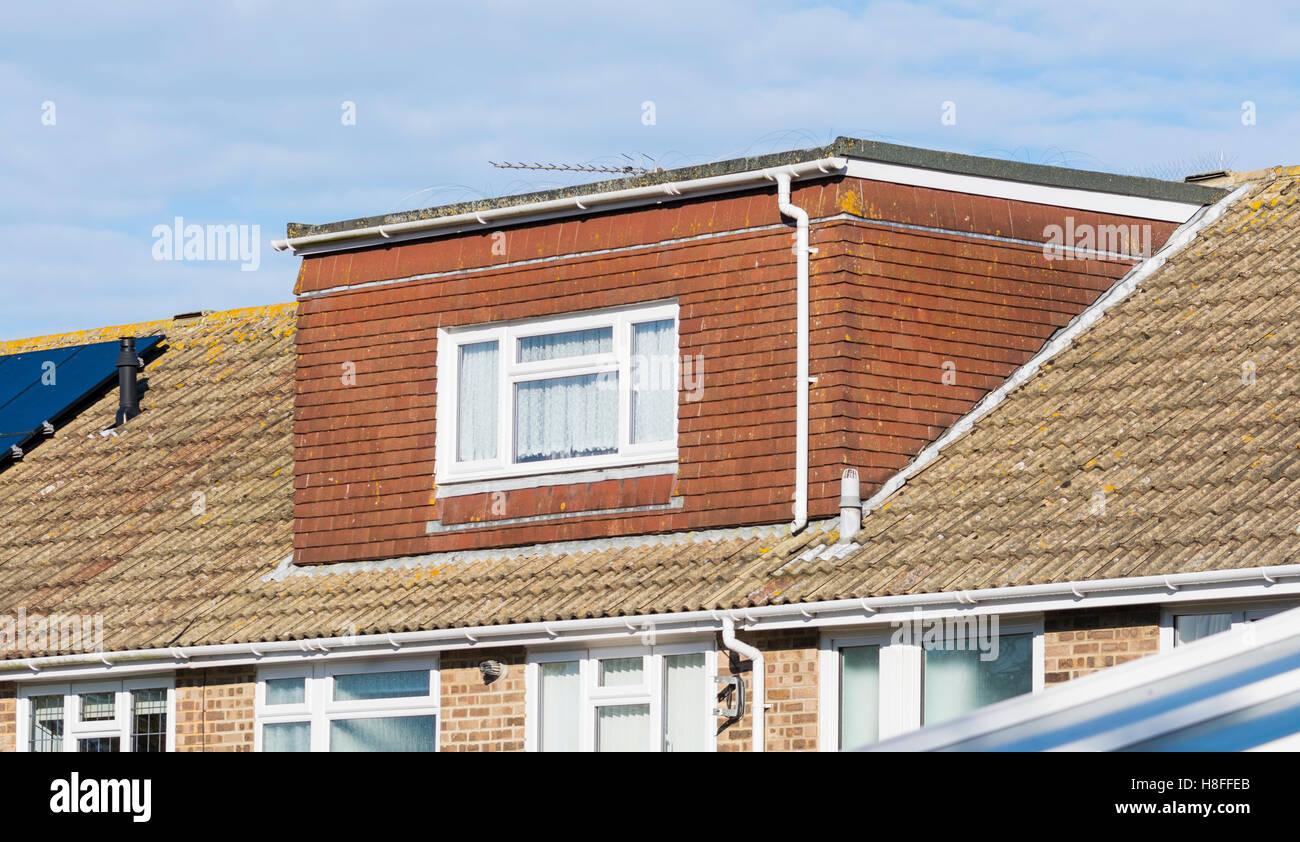 Vista esterna di un loft estensione nel tetto di una casa nel Regno Unito. Immagini Stock