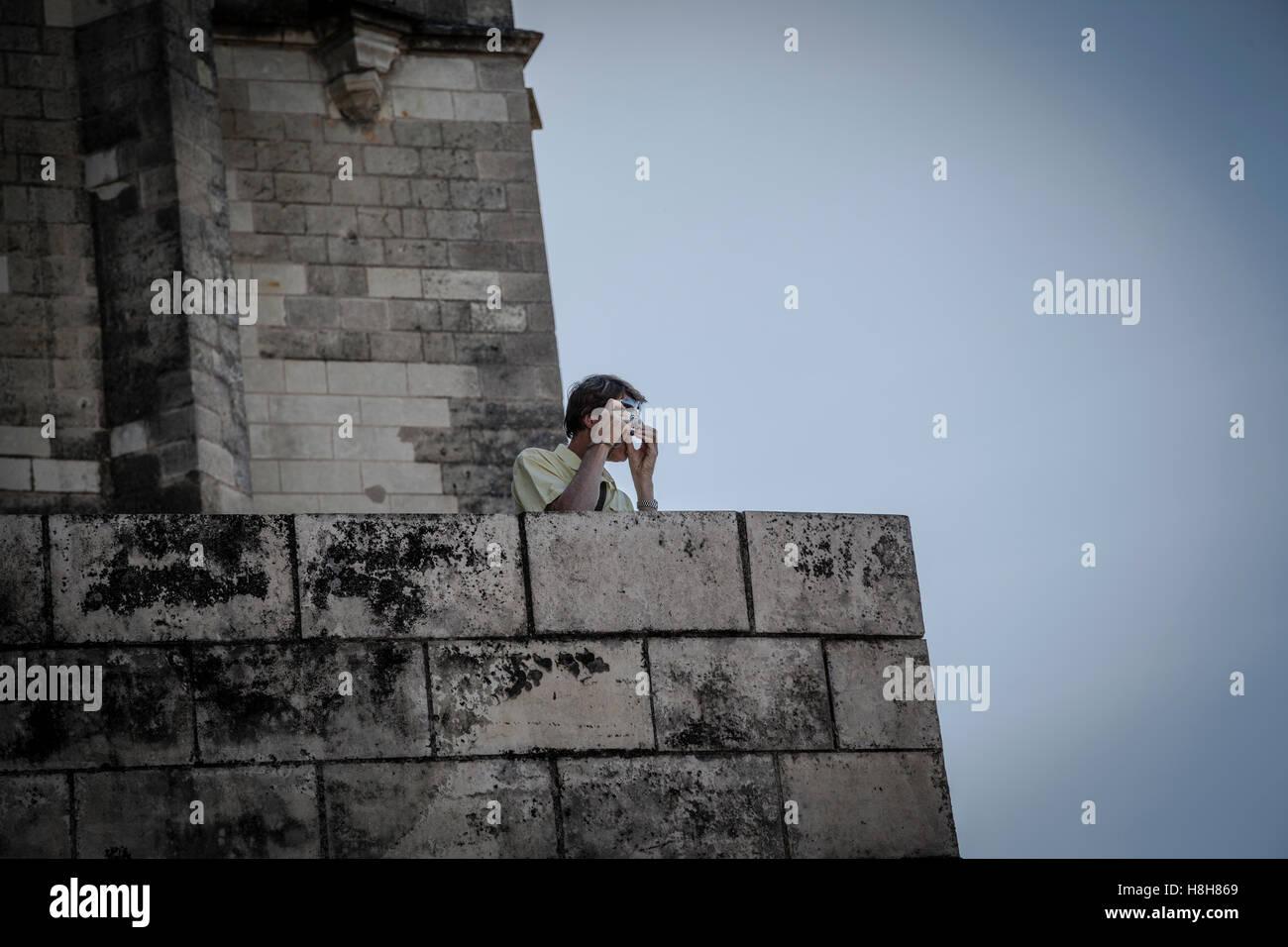L'uomo traveler è fare foto con punto e sparare fotocamera di un antica città di Amboise, La Loire, Immagini Stock