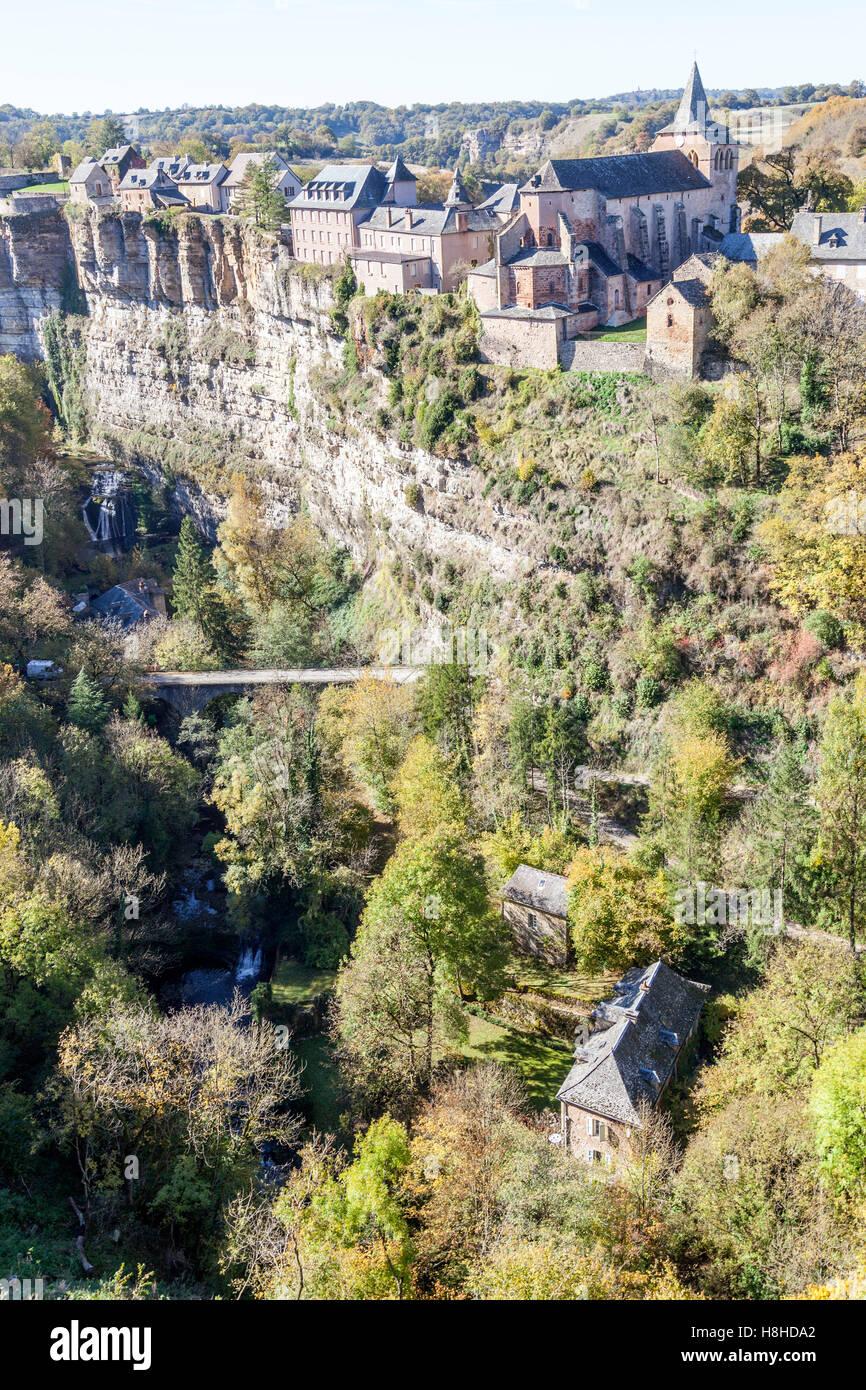 Il Bozouls foro in autunno e il villaggio superiore (Francia). Tale foro è una forma a ferro di cavallo orrido Immagini Stock
