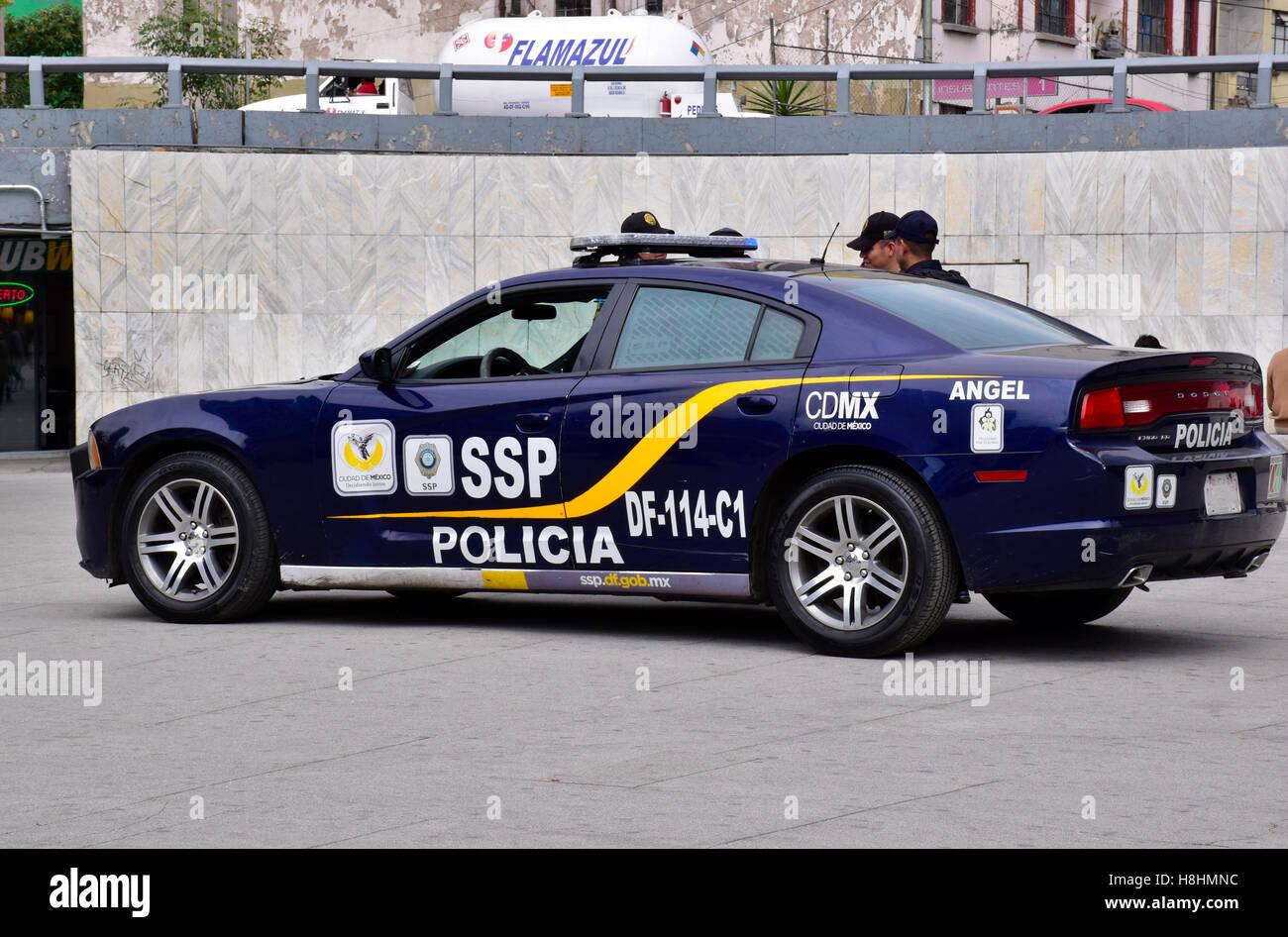 Auto della Polizia e policement in Città del Messico, D.F., Città del Messico, Messico Foto Stock