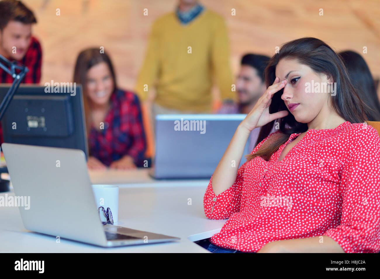 Giovani professionisti che lavorano in ufficio moderno.Project team manager per discutere. Immagini Stock