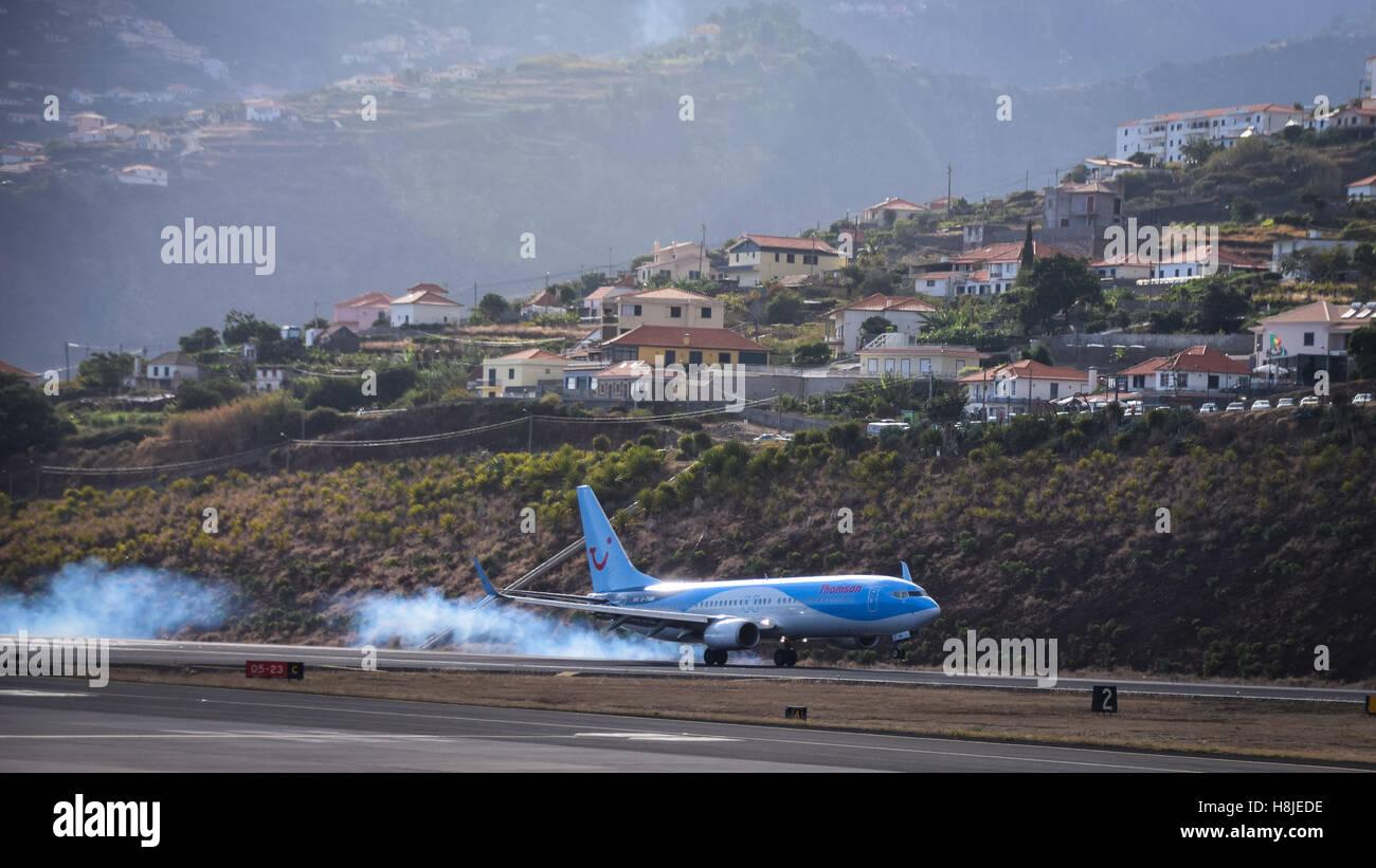 Thomson atterraggio aereo presso l'aeroporto di Funchal, Madeira Immagini Stock